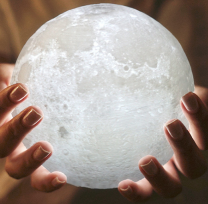 Lampe Lune dans les mains